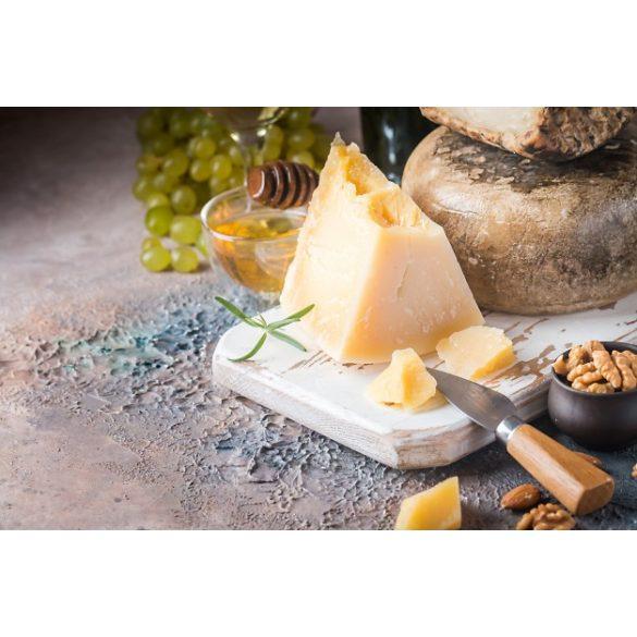 Parmezán jellegű sajt cca 1kg egész